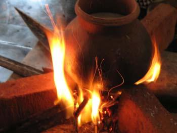 Neujahrszeremonie Milchreis kochen auf Feuer aus Palmblättern und Kokosnussholz