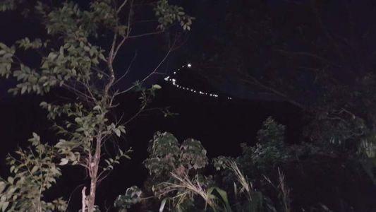 Der beleuchtete Pfad zum Gipfel