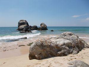 Felsen am südlichen Ende des Koggala Beach