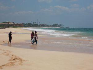 Familie aus Habaraduwa am Strand