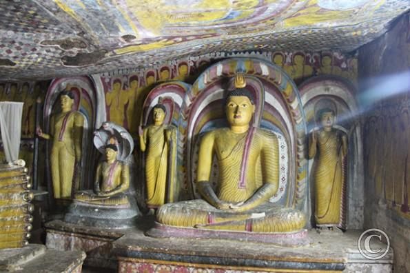 Dambulla Tempel Meditierender Buddha Höhlenmalerei