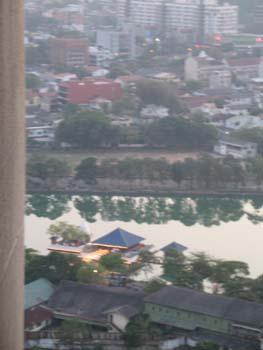 Blick auf den Gangaramaya Tempel Colombo vom Dach des Hilton Hotels