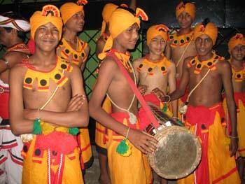 Trommler und Tänzer bei einer Perahera