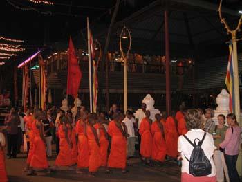 Mönche auf dem Weg zur Vesak Zeremonie