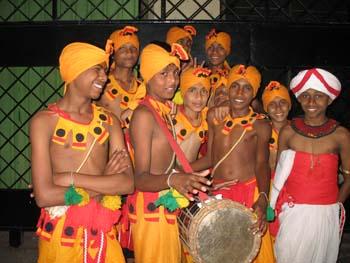 an Vesak gibt es viele Umzüge mit traditionellen Volkskunst-Darbietungen