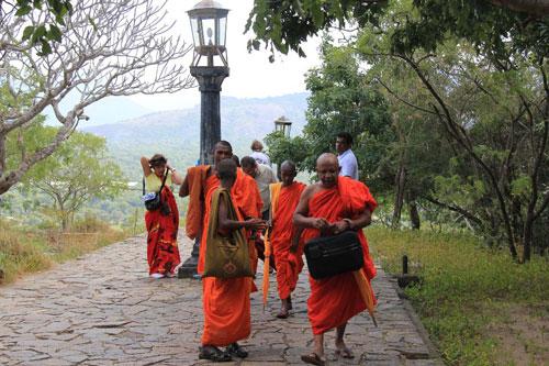 Gruppe von buddhistischen Moenchen auf dem Weg zum Hoehlentempel von Dambulla