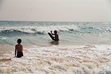Spaß in den Wellen mit meinem Bodyboard vorm Hotel Wilde Ananas am Koggala Beach
