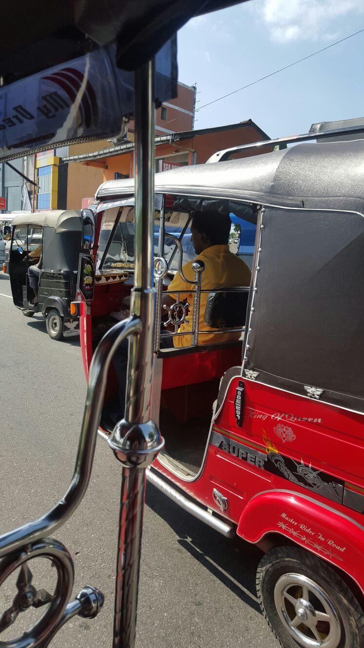 tuk-tuk taxi threewheeler gehören zu Sri Lanka, doch besser Preise vorher aushandeln
